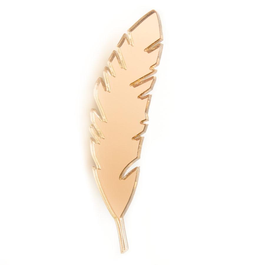 Брошь Markov.Design Золотое перо1113121035Зеркальная брошь роскошного золотого оттенка выполнена в форме пера. Легкое, воздушное золотое перо отлично впишется в базовый гардероб и добавит вашему луку мягкости и непосредственности. Размер 2 х 6 см.