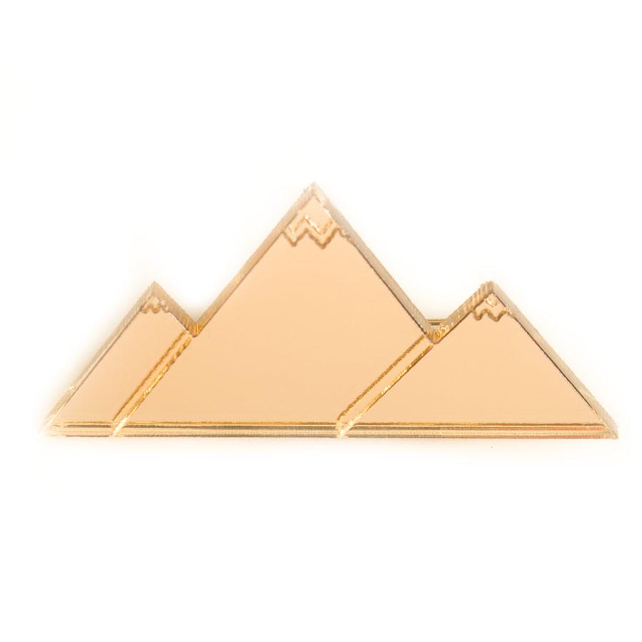 Брошь Золотые горы – отличное решение для парня, который не раз обещал своей избраннице золотые горы. Теперь вы легко можете их подарить, и девушка непременно оценит не только вашу находчивость, но и внимательное отношение к тому, как она выглядит. Размер 5 х 3 см.