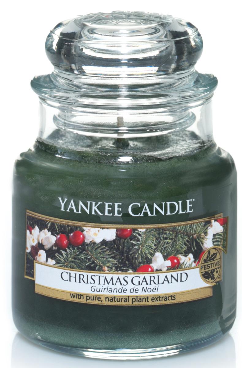 Свеча ароматизированная Yankee Candle Christmas garland, высота 8,6 см1316482EНастоящий еловый аромат в вашем доме. Верхняя нота: Зелень. Средняя нота: Хвоя. Базовая нота: Древесные Ноты.