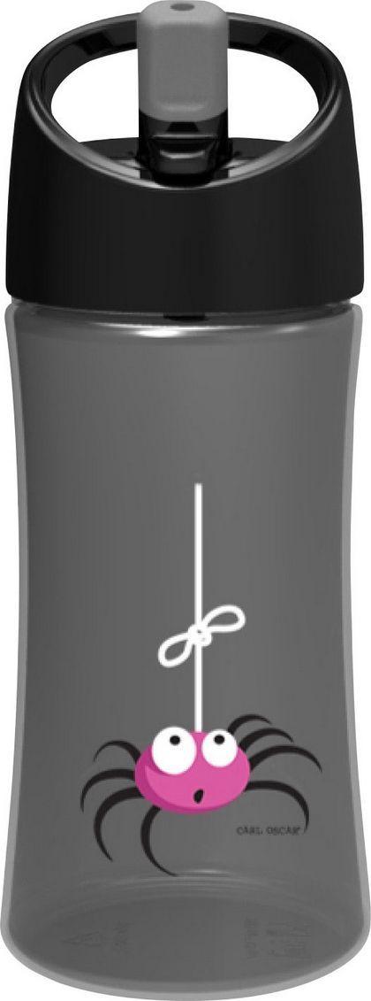Бутылка для воды детская Carl Oscar Spider, цвет: серый, 350 мл102100Эта яркая бутылочка для воды с забавным пауком позволяет пить прямо во время ходьбы, не обливаясь и не разливая содержимое вокруг. И все это с улыбкой на лице! Крышка со встроенным держателем снабжена выдвижной трубочкой, из которой детям очень удобно пить. Бутылка имеет объем 0,35л, выполнена из пластика Tritan и полипропилена, которые не содержат бисфенол А и фталаты. Удобная форма бутылочки позволяет легко удерживать ее даже маленькими детскими пальчиками. А благодаря специальной трубочке ребенок может пить, держа бутылку даже вертикально вверх дном. Изображения животных, специально разработанные для продуктов Carl Oscar, - работа известного шведского иллюстратора Линн Элдин. • 100% герметичность• Непроливайка• Оригинальный дизайн с забавными и яркими персонажами • Легко держать в руке благодаря встроенному держателю на ручке• Не содержит бисфенол А и фталаты Дизайн: Carl Oscar®