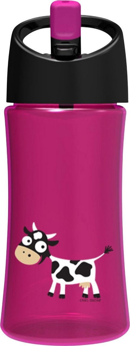 Бутылка для воды детская Carl Oscar Cow, цвет: фиолетовый, 350 мл102102Эта яркая бутылочка для воды с очаровательной коровкой позволяет пить прямо во время ходьбы, не обливаясь и не разливая содержимое вокруг. И все это с улыбкой на лице! Крышка со встроенным держателем снабжена выдвижной трубочкой, из которой детям очень удобно пить. Бутылка имеет объем 0,35л, выполнена из пластика Tritan и полипропилена, которые не содержат бисфенол А и фталаты. Удобная форма бутылочки позволяет легко удерживать ее даже маленькими детскими пальчиками. А благодаря специальной трубочке ребенок может пить, держа бутылку даже вертикально вверх дном. Изображения животных, специально разработанные для продуктов Carl Oscar, - работа известного шведского иллюстратора Линн Элдин. • 100% герметичность• Непроливайка• Оригинальный дизайн с забавными и яркими персонажами • Легко держать в руке благодаря встроенному держателю на ручке• Не содержит бисфенол А и фталаты Дизайн: Carl Oscar®