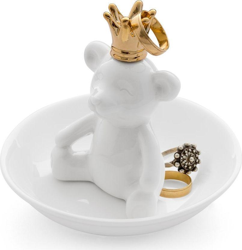 Подставка для украшений Balvi The King26101Если вы любите менять кольца каждый день, то подставка для колец The King вам точно пригодится. Это милый медвежонок в короне, сидящий на тарелке. Кольца, которые в данный момент не одеты вами, можно повесить прямо ему на корону. А если не хватит места, то можно просто положить их на тарелочку. В любом случае они будут все в одном месте, и не придется тратить время на их поиски. Подставка выполнена из белой керамики, а корона – золотистого цвета, что символизирует наличие на ней золотых ювелирных украшений. • Удобно хранить ювелирные изделия • Подходит не только для колец, но и для других украшений • Можно поставить на любую горизонтальную поверхность
