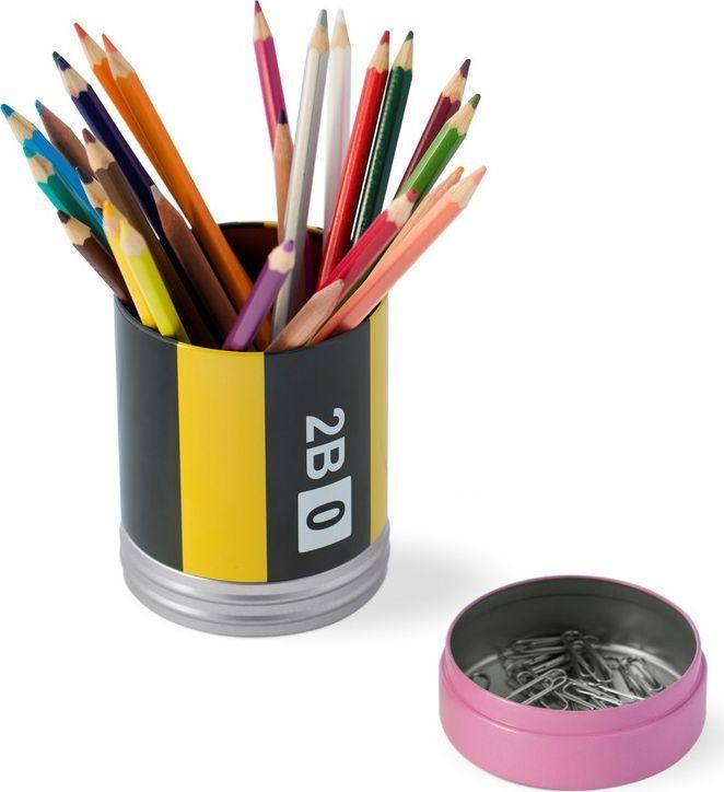 Balvi Подставка для канцелярских принадлежностей Crayon26138Если вам надоело тратить рабочее время на поиски ручек или скрепок на столе, то настольный пенал Crayon испанской фирмы Balvi – ваше спасение. Места в нем хватит, чтобы вместить все ручки и карандаши, а его подставку можно использовать для хранения канцелярских скрепок или других мелких изделий, всегда нужных в работе. Этот пенал также подойдет для школьников, ведь заводские упаковки от наборов фломастеров быстро рвутся, и их становится негде хранить. Сложив цветные карандаши, ручки и фломастеры в пенал Crayon вы не потеряете ни один цвет из набора и сможете создавать яркие красочные картины. • Изготовлен из прочного металла• Оригинальный дизайн в виде деревянного карандаша с ластиком• Отдельный отсек для скрепок и прочих мелких канцелярских принадлежностей• Подставку можно использовать в качестве крышки, тем самым превратив настольный пенал в контейнер для хранения