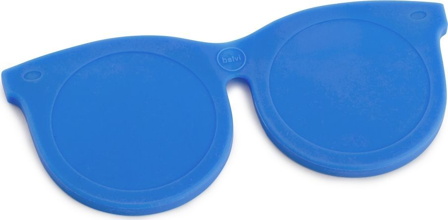 Balvi Зеркальце Shades, цвет: синий26328Эти необычные и яркие очки не только поднимут настроение, но и послужат прекрасным помощником в тот момент, когда нужно быстро прихорошиться. Забавные очки на самом деле имеют в оправе два зеркальца – простое и увеличительное. Силиконовая оправа с магнитом служит отличной защитой для зеркал, поэтому не бойтесь носить этот оригинальный аксессуар с собой в сумке или карманах. Зеркальце Shades синего цвета станет отличным подарком для молодой и энергичной девушки, которая не представляет себе жизни без ярких и позитивных эмоций.• Оригинальный дизайн зеркальца в форме молодежных очков• В оправе имеется два зеркала – стандартное и с увеличительное (5-кратное увеличение)• Оправа выполнена из силикона с магнитом• Возможность снять зеркало из оправы
