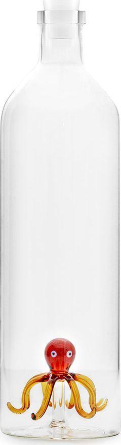 Графин-бутылка для воды Balvi Octopus, 1,2 л26544В сервировке стола все должно быть продумано до мелочей, в том числе и способ подачи воды и прочих напитков. Для данных целей идеально подходит бутылка для воды Octopus от испанского бренда Balvi. Стеклянная бутылка удобна для использования за счет своей классической формы, а небольшой стеклянный осьминог на дне придает нотку юмора и оригинальности, отлично смотрится в сочетании с фруктами и кусочками льда.В комплекте с бутылкой идет силиконовая пробка, которая надежно закрывает емкость. Экологичный и безопасный материал.