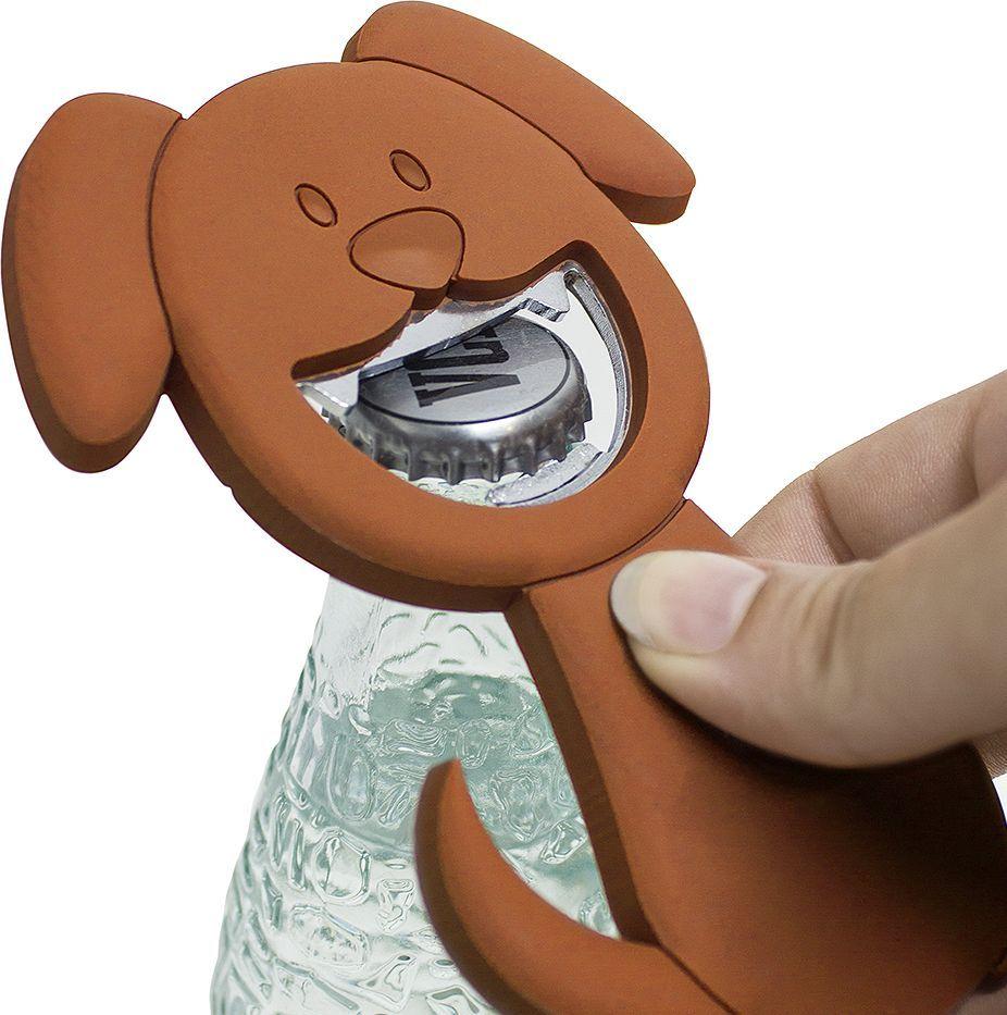 Открывалка Balvi Woof!, магнитная, цвет: коричневый26745Имея большой выбор напитков, мы не всегда можем взять то, что хотим. Основная причина – металлическая крышка, которую просто нечем открыть, поскольку носить с собой классические большие открывалки нецелесообразно.Испанский бренд Balvi решил эту проблему, выпустив открывалку Woof!. Особенность этого изделия – это сочетание легкого силиконового корпуса и прочной металлической рабочей части, что позволяет без труда открывать любые крышки, при этом спокойно храниться даже в небольшой дамской сумочке, не занимая много места. Встроенный магнит позволяет с легкостью закрепить открывалку на дверце холодильника, стенке микроволновой печи и любой другой металлической поверхности.• Компактные размеры• Удобство хранения и использования• Долговечность, обеспеченная сочетанием металла и силикона• Легко крепится к металлической поверхности с помощью встроенного магнита