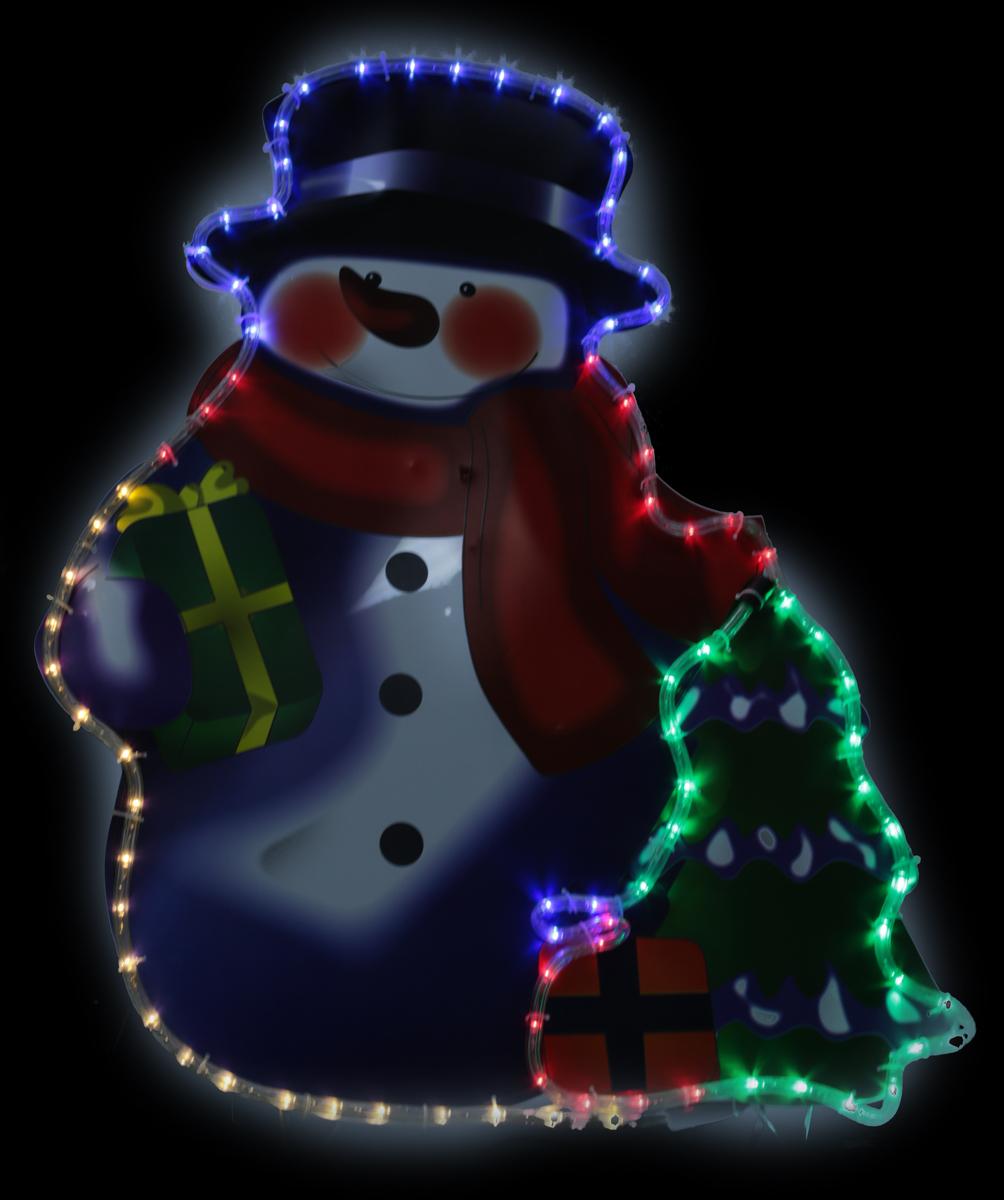 """Светодиодная фигура """"Снеговик с елочкой и подарками"""" выполнена из цветного пластика, окаймленного прозрачным светодиодным шнуром с разноцветными светодиодами (84 LED). На легком металлическом каркасе с обратной стороны фигуры предусмотрена откидывающаяся подставка для устойчивой установки фигуры на земле. Применяется как внутри, так и снаружи помещений.  Длина сетевого шнура - 3 м. Размер - 61 х 81 см."""