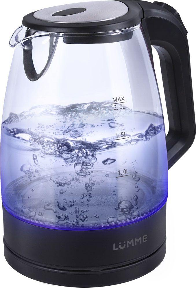 Lumme LU-138, Black Pearl чайник электрическийLU-138Легкий ударопрочный стеклянный чайник Lumme LU-138 с голубой внутренней подсветкой в элегантном прозрачном корпусе из закаленноготермостойкого стекла объемом 2 литра.Стекло сохраняет природный вкус и все натуральные свойства воды, а внутренний фильтр, закрывающий носик, служит для дополнительнойфильтрации воды.Для скорейшего закипания чайник имеет повышенную до 2200 Вт мощность нагревательного элемента, закрытого плоским стальным дном дляпротивостояния накипи, коррозии и удобства в уходе.Система автоматического отключения чайника при закипании или недостаточном количестве воды защитит чайник от преждевременного выходаиз строя.Возможность ставить чайник на базу с любой стороны и вращать на 360 градусов, поворачивая ручкой к себе, исключает риск случайных ожогов иобеспечивает полный комфорт.Благодаря внутренней светодиодной подсветке чайник особенно хорошо смотрится в работе и дарит отличное настроение красотой бликовзакипающей воды.