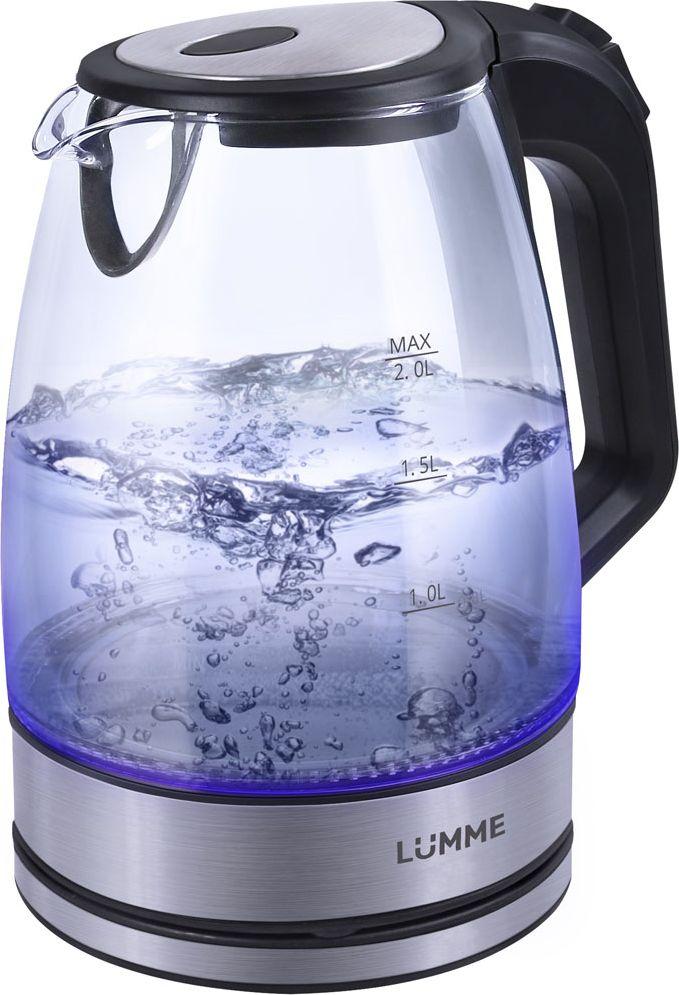 Lumme LU-139, Black Pearl чайник электрическийLU-139Легкий ударопрочный стеклянный чайник Lumme LU-139 с голубой внутренней подсветкой в элегантном прозрачном корпусе иззакаленного термостойкого стекла объемом 2 литра.Стекло сохраняет природный вкус и все натуральные свойства воды, а внутренний фильтр, закрывающий носик,служит дополнительной фильтрации воды.Для скорейшего закипания чайник имеет повышенную до 2200 Вт мощность нагревательного элемента, закрытогоплоским стальным дном для противостояния накипи, коррозии и удобства в уходе.Система автоматического отключения чайника при закипании или недостаточном количестве воды защититчайник от преждевременного выхода из строя.Возможность ставить чайник на базу с любой стороны и вращать на 360 градусов, поворачивая ручкой к себе,исключает риск случайных ожогов и обеспечивает полный комфорт.Благодаря внутренней светодиодной голубой подсветке чайник особенно хорошо смотрится в работе и даритотличное настроение красотой бликов закипающей воды.