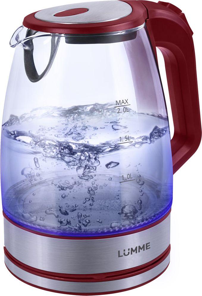 Lumme LU-139, Red чайник электрическийLU-139Легкий ударопрочный стеклянный чайник Lumme LU-139 с голубой внутренней подсветкой в элегантном прозрачном корпусе иззакаленного термостойкого стекла объемом 2 литра.Стекло сохраняет природный вкус и все натуральные свойства воды, а внутренний фильтр, закрывающий носик,служит дополнительной фильтрации воды.Для скорейшего закипания чайник имеет повышенную до 2200 Вт мощность нагревательного элемента, закрытогоплоским стальным дном для противостояния накипи, коррозии и удобства в уходе.Система автоматического отключения чайника при закипании или недостаточном количестве воды защититчайник от преждевременного выхода из строя.Возможность ставить чайник на базу с любой стороны и вращать на 360 градусов, поворачивая ручкой к себе,исключает риск случайных ожогов и обеспечивает полный комфорт.Благодаря внутренней светодиодной голубой подсветке чайник особенно хорошо смотрится в работе и даритотличное настроение красотой бликов закипающей воды.