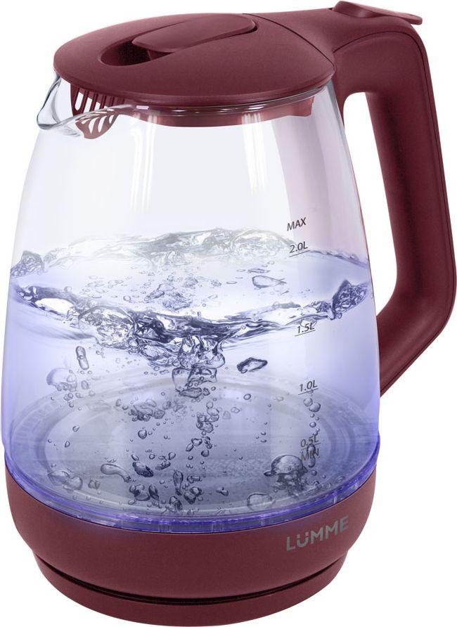 Lumme LU-140, Red чайник электрическийLU-140Легкий ударопрочный стеклянный чайник Lumme LU-140 с голубой внутренней подсветкой в элегантном прозрачном корпусе из закаленного термостойкого стекла объемом 2 литра.Стекло сохраняет природный вкус и все натуральные свойства воды, а внутренний фильтр, закрывающий носик, служит дополнительной фильтрации воды.Для скорейшего закипания чайник имеет повышенную до 2200 Вт мощность нагревательного элемента, закрытого плоским стальным дном для противостояния накипи, коррозии и удобства в уходе.Система автоматического отключения чайника при закипании или недостаточном количестве воды защитит чайник от преждевременного выхода из строя.Возможность ставить чайник на базу с любой стороны и вращать на 360 градусов, поворачивая ручкой к себе, исключает риск случайных ожогов и обеспечивает полный комфорт.Благодаря внутренней светодиодной голубой подсветке чайник особенно хорошо смотрится в работе и дарит отличное настроение красотой бликов закипающей воды.