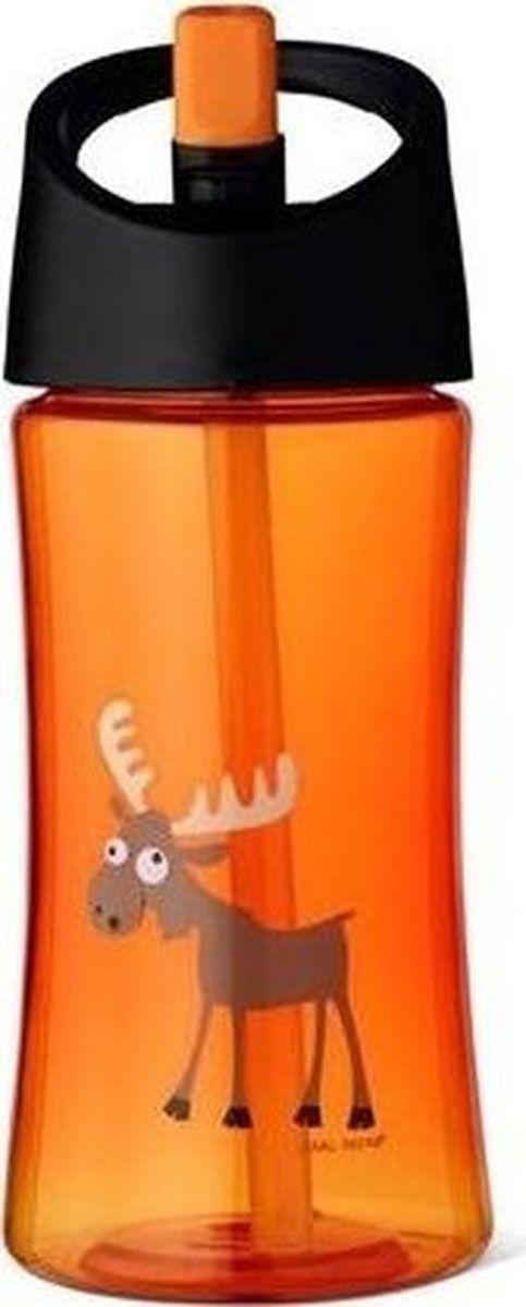 Бутылка для воды детская Carl Oscar Moose, цвет: оранжевый, 350 мл102107Эта яркая бутылочка для воды с забавным лосем позволяет пить прямо во время ходьбы, не обливаясь и не разливая содержимое вокруг. И все это с улыбкой на лице! Крышка со встроенным держателем снабжена выдвижной трубочкой, из которой детям очень удобно пить. Бутылка имеет объем 0,35л, выполнена из пластика Tritan и полипропилена, которые не содержат бисфенол А и фталаты. Удобная форма бутылочки позволяет легко удерживать ее даже маленькими детскими пальчиками. А благодаря специальной трубочке ребенок может пить, держа бутылку даже вертикально вверх дном. Изображения животных, специально разработанные для продуктов Carl Oscar, - работа известного шведского иллюстратора Линн Элдин. • 100% герметичность • Непроливайка • Оригинальный дизайн с забавными и яркими персонажами• Легко держать в руке благодаря встроенному держателю на ручке • Не содержит бисфенол А и фталаты Дизайн: Carl Oscar®