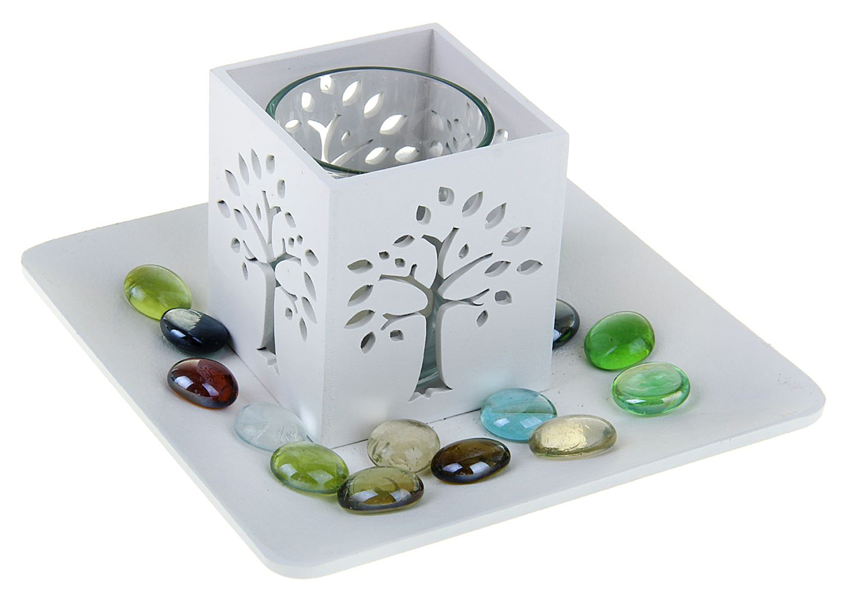 Подсвечник Дерево, цвет: белый, 15,5 х 15,5 х 9 см1200192Набор из подсвечника со свечой на эргономичной подставке дополнит интерьер любой комнаты. Создайте романтичное настроение с помощью теплого мерцающего сияния одного или нескольких подобных комплектов.Размещайте зажженные свечи аккуратно, вдали от легковоспламеняющихся предметов.