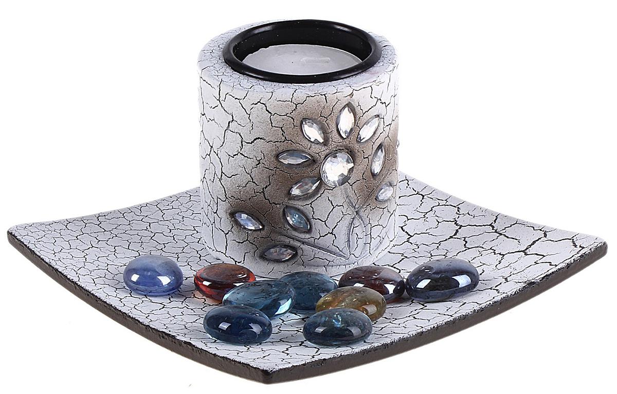 Подсвечник Переплетение, со свечой, с подставка, с декором, цвет: белый, серый, 12,5 х 12,5 х 7,5 см651090Набор из подсвечника со свечой на эргономичной подставке дополнит интерьер любой комнаты. Создайте романтичное настроение с помощью теплого мерцающего сияния одного или нескольких подобных комплектов.Размещайте зажженные свечи аккуратно, вдали от легковоспламеняющихся предметов.
