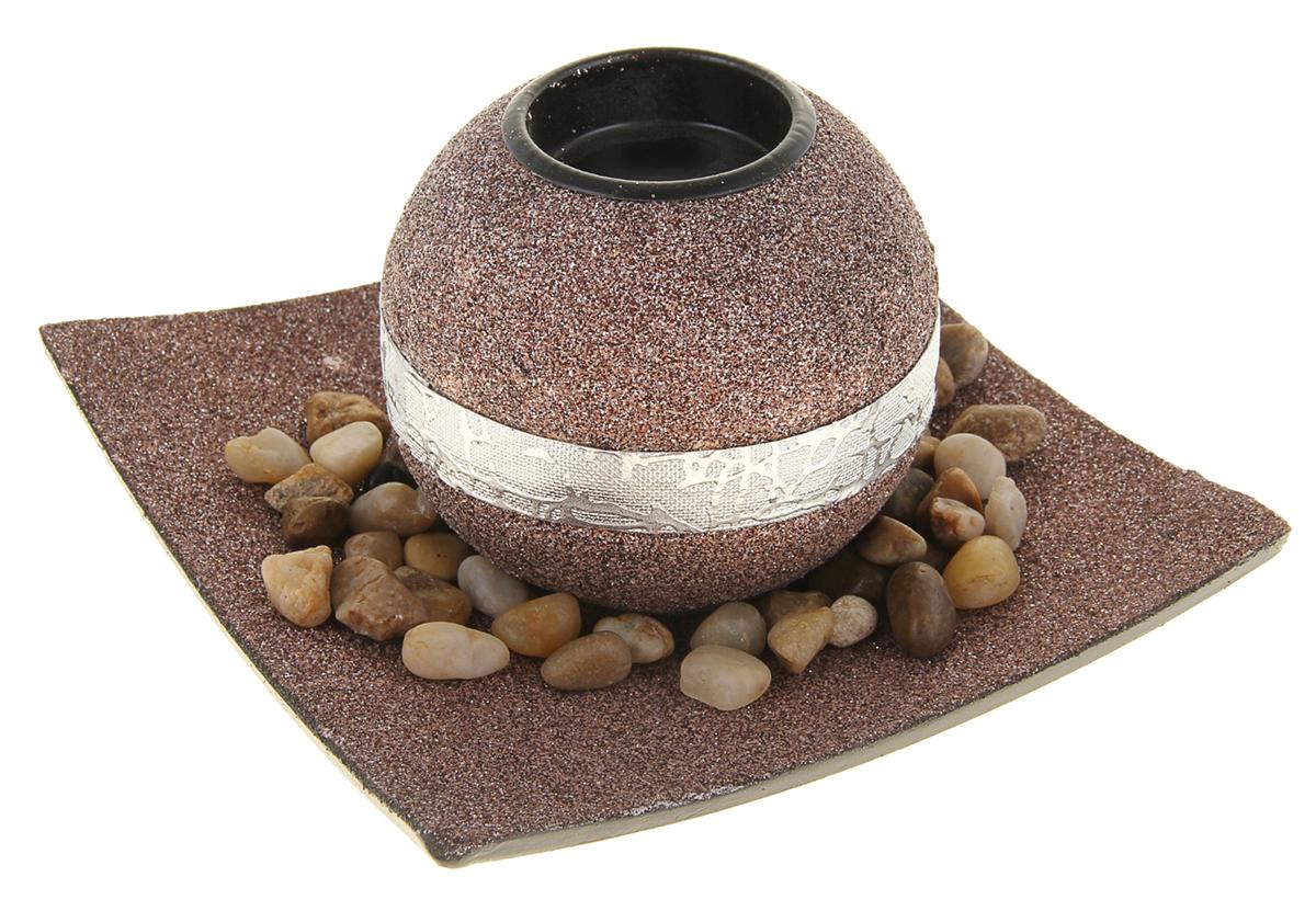 Подсвечник Золотой песок, с подставкой, с декором, цвет: коричневый, черный, 9 х 9 х 8 см930463Набор из подсвечника со свечой на эргономичной подставке дополнит интерьер любой комнаты. Создайте романтичное настроение с помощью теплого мерцающего сияния одного или нескольких подобных комплектов.Размещайте зажженные свечи аккуратно, вдали от легковоспламеняющихся предметов.