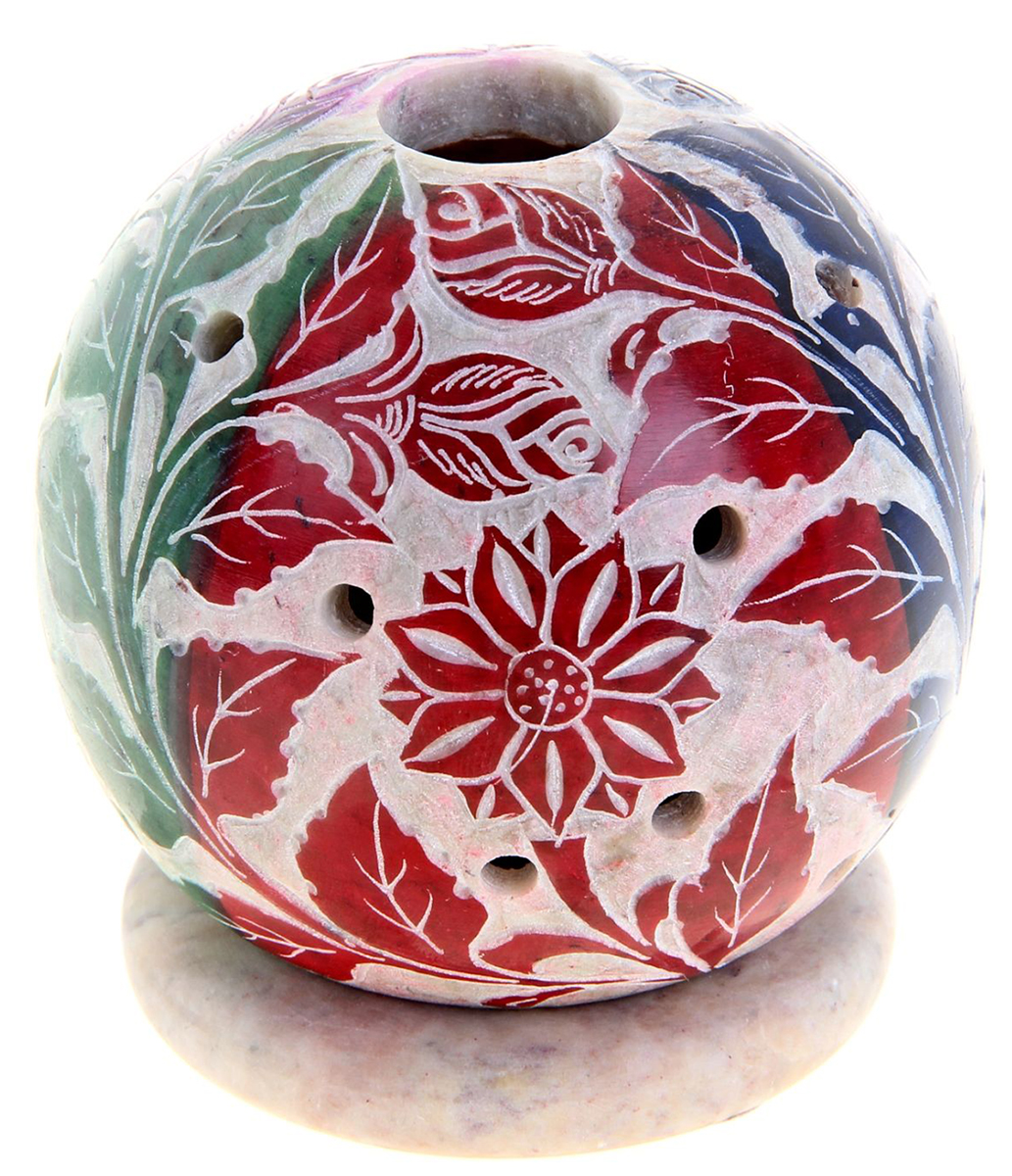 Подсвечник-шар Индийская весна, 7,5 х 7,5 х 8 см866722Искусные индийские мастера выполнили Подсвечник-шар Индийская весна из стеатита в соответствии с древними традициями обработки камня. Посмотрите на узор этого прекрасного изделия, от него невозможно оторвать свой взгляд, проработано все до мельчайших деталей. Вы также можете вставить в серединку ароматическую палочку, а если снять шар, то изумительный подсвечник легким движением руки превратится в подставку под благовония-конус или же подсвечник для толстых свечей. Универсальная вещь, которая придаст нотку азиатской экзотики в привычную обстановку.