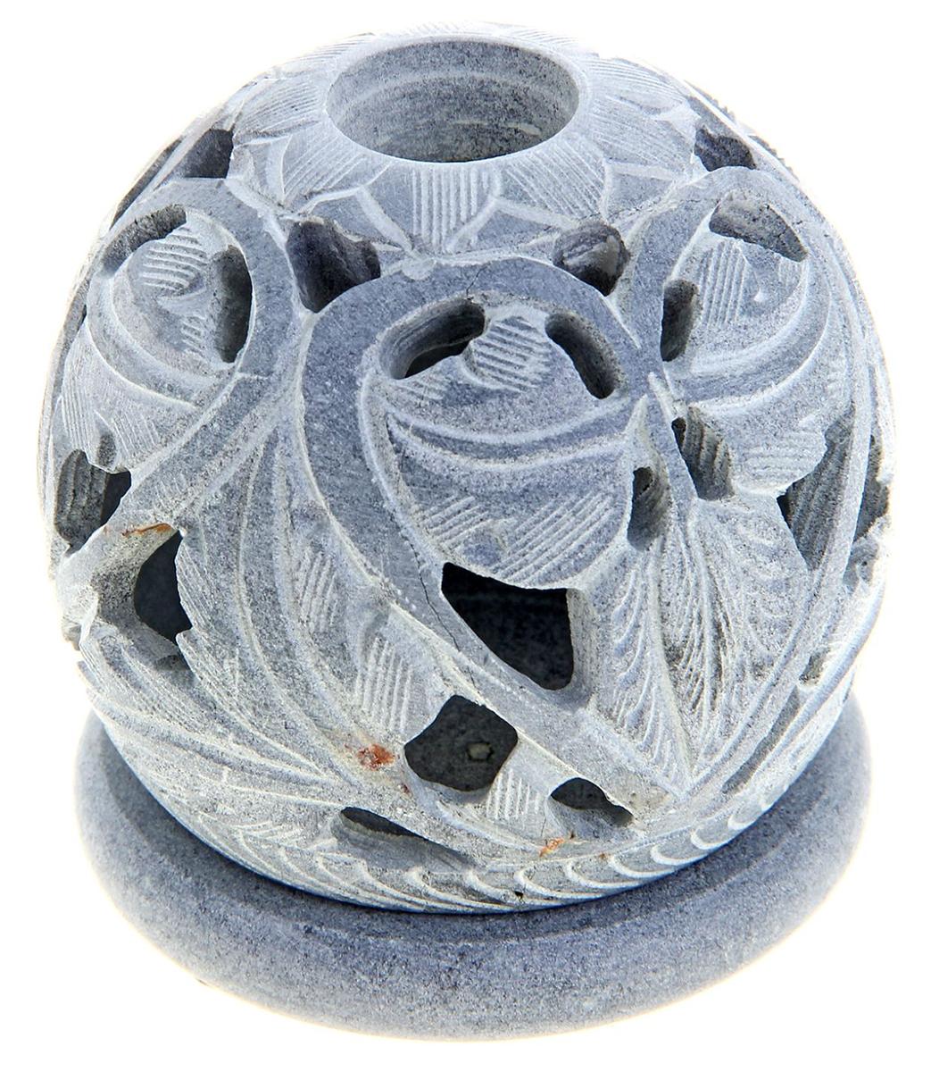 Подсвечник-шар Разум, цвет: белый, серый, 7 х 7 х 7,5 см866720Искусные индийские мастера выполнили Подсвечник-шар Разум из стеатита в соответствии с древними традициями обработки камня. Посмотрите на узор этого прекрасного изделия, от него невозможно оторвать свой взгляд, проработано все до мельчайших деталей. Вы также можете вставить в серединку ароматическую палочку, а если снять шар, то изумительный подсвечник легким движением руки превратится в подставку под благовония-конус или же подсвечник для толстых свечей. Универсальная вещь, которая придаст нотку азиатской экзотики в привычную обстановку.