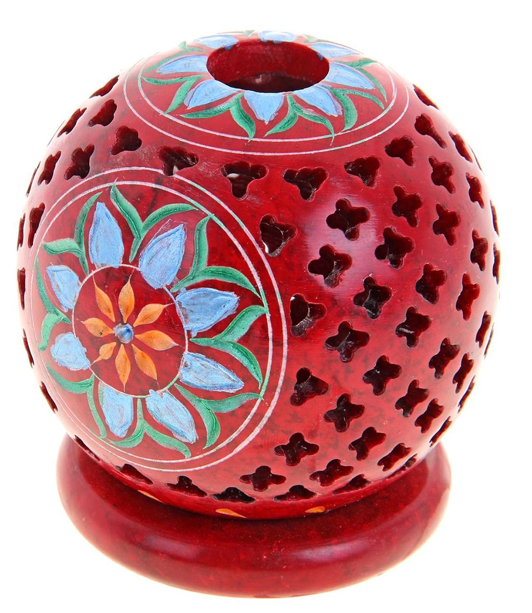 """Искусные индийские мастера выполнили Подсвечник-шар """"Солнечный цветок"""", резной из стеатита в соответствии с древними традициями обработки камня. Посмотрите на узор этого прекрасного изделия, от него невозможно оторвать свой взгляд, проработано все до мельчайших деталей. Вы также можете вставить в серединку ароматическую палочку, а если снять шар, то изумительный подсвечник легким движением руки превратится в подставку под благовония-конус или же подсвечник для толстых свечей.Универсальная вещь, которая придаст нотку азиатской экзотики в привычную обстановку."""