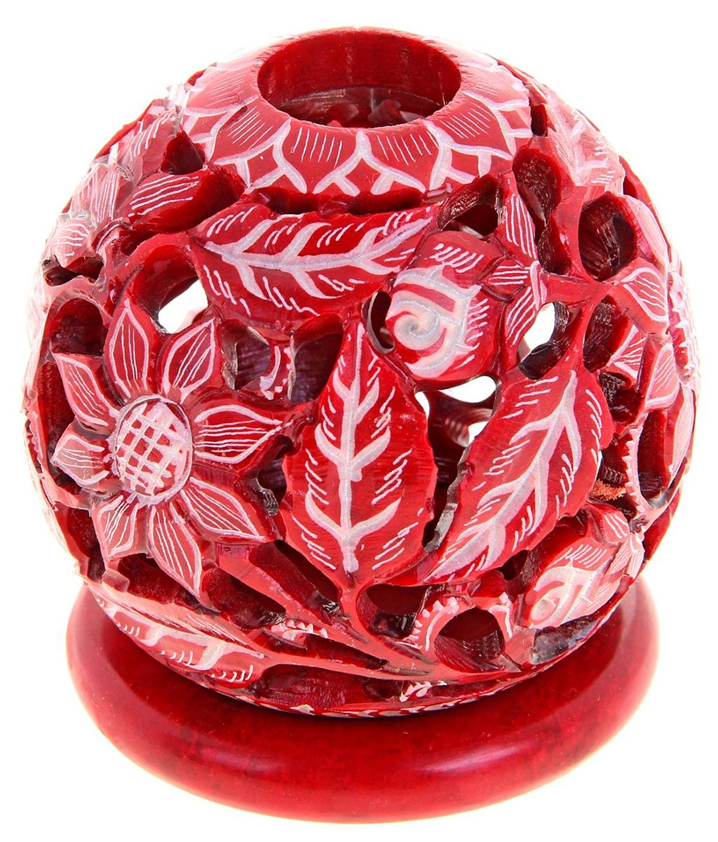 """Искусные индийские мастера выполнили Подсвечник-шар """"Волшебство"""", резной из стеатита в соответствии с древними традициями обработки камня. Посмотрите на узор этого прекрасного изделия, от него невозможно оторвать свой взгляд, проработано все до мельчайших деталей. Вы также можете вставить в серединку ароматическую палочку, а если снять шар, то изумительный подсвечник легким движением руки превратится в подставку под благовония-конус или же подсвечник для толстых свечей. Универсальная вещь, которая придаст нотку азиатской экзотики в привычную обстановку."""