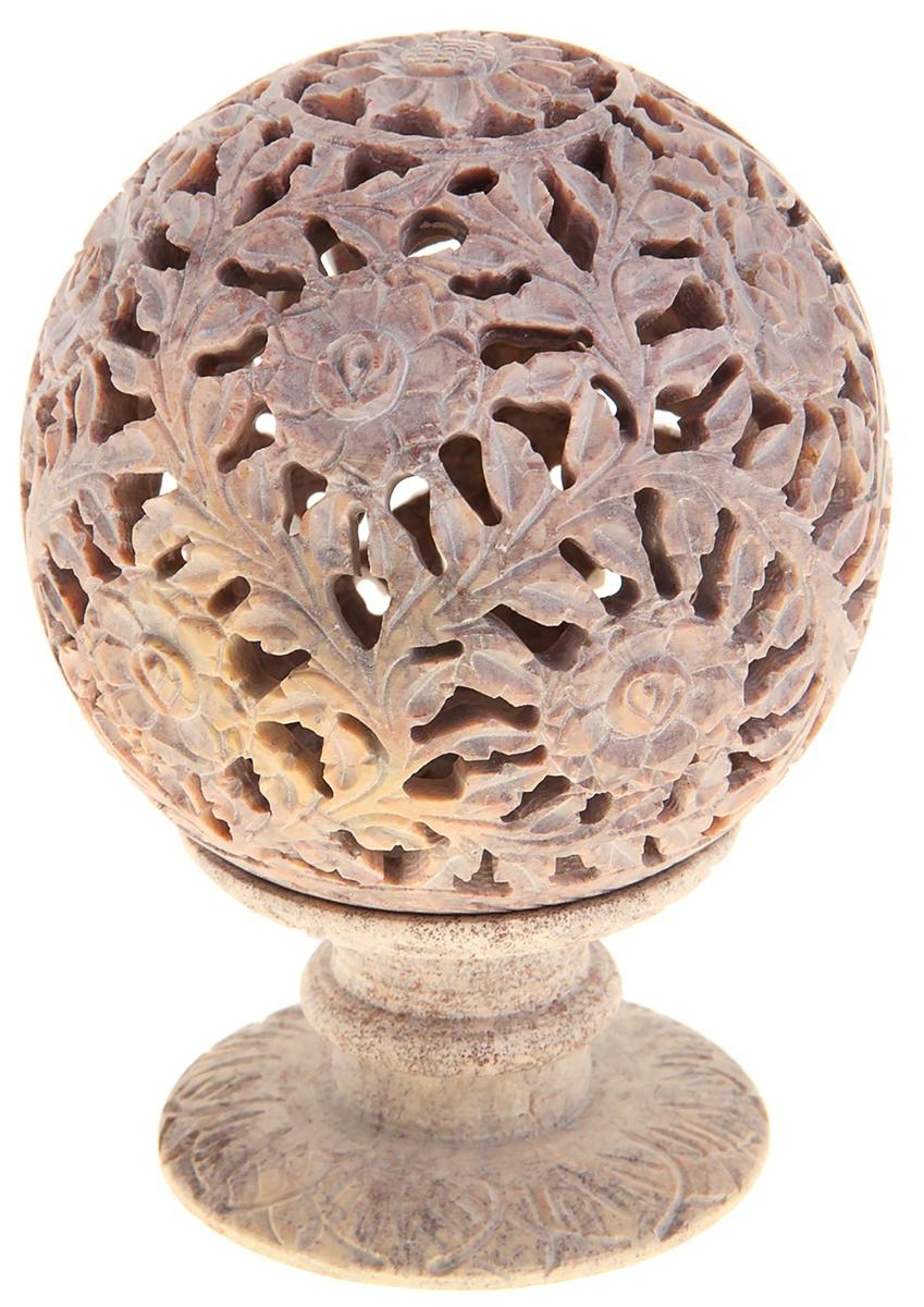 Подсвечник-шар Цветок, цвет: розовый, 6 х 6 х 10 см803035Окунаясь в суету будней, мы день ото дня все больше забываем о том, как важно порой отстраниться от хлопот и насладиться теплом домашнего очага. Вспомнить об этом поможет такая простая и знакомая вещь, как подсвечник. Зажгите в нем свечу, когда на дом опустятся сумерки, и Вы будете удивлены тем, насколько преобразится окружающее пространство! А если снять шар, то изумительный подсвечник легким движением руки превратится в подставку под благовония-конус.Подсвечник-шар резной Цветок, выполненный из натурального камня, кажется ажурным. Благодаря необычному дизайну он наполнит окружающее пространство причудливыми тенями и отсветами. Подсвечник с горящей в нем свечой создаст чарующую романтическую и вместе с этим чуть таинственную атмосферу, рассеет дурное настроение и поможет в очередной раз оценить уют родных стен.