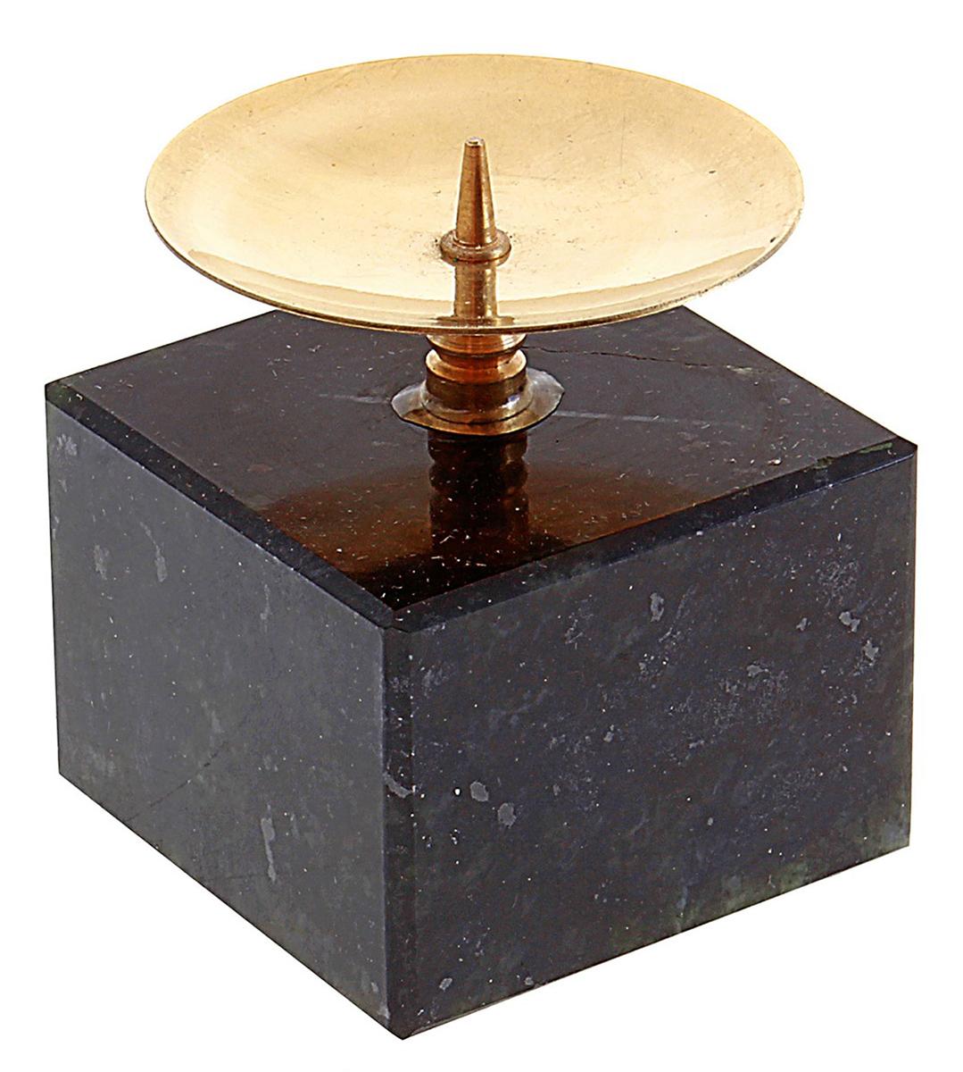 Подсвечник Кубик, цвет: черный, золотистый, 4 х 4 х 4,5 см586883Невозможно представить нашу жизнь без праздников! Мы всегда ждем их и предвкушаем, обдумываем, как проведем памятный день, тщательно выбираем подарки и аксессуары, ведь именно они создают и поддерживают торжественный настрой. — это отличный выбор, который привнесет атмосферу праздника в ваш дом!Известно, что на пламя можно смотреть вечно: его мягкое золотистое сияние проясняет сознание и чарует. Огонь свечи притягивает наше внимание еще больше. Он делает атмосферу загадочной и романтичной.
