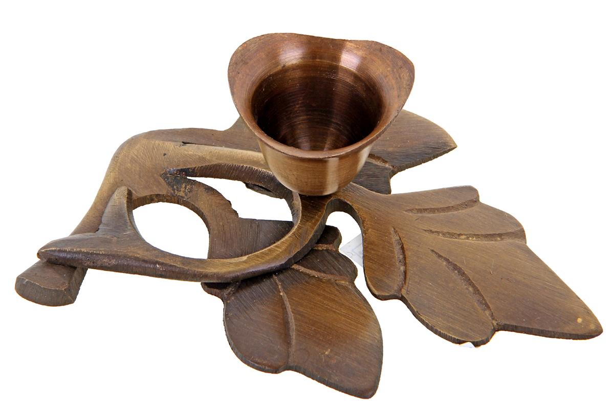 Подсвечник Ветвь, цвет: коричневый, 8 х 6 х 4 см699712Роскошный Подсвечник на 1 свечу Ветвь поражает своими грациозными линиями, изысканным декором, орнаментом и материалом, известным своими свойствами прочности, ковкости и особого блеска. Индийские мастера неспроста выполнили подсвечник именно из латуни, ведь при нагревании она не вступает в химическую реакцию и не выделяет вредных веществ в атмосферу. А также изделия из этого уникального металла имеют неповторимый золотистый отлив, который подчеркивает приятный блеск, отраженный в лучах света. Этот замечательный подсвечник будет украшать любую комнату и станет актуальным подарком на годовщину свадьбы или на любой другой праздник. Представьте, как изысканно он будет смотреться в каминном зале, гостиной или спальне.