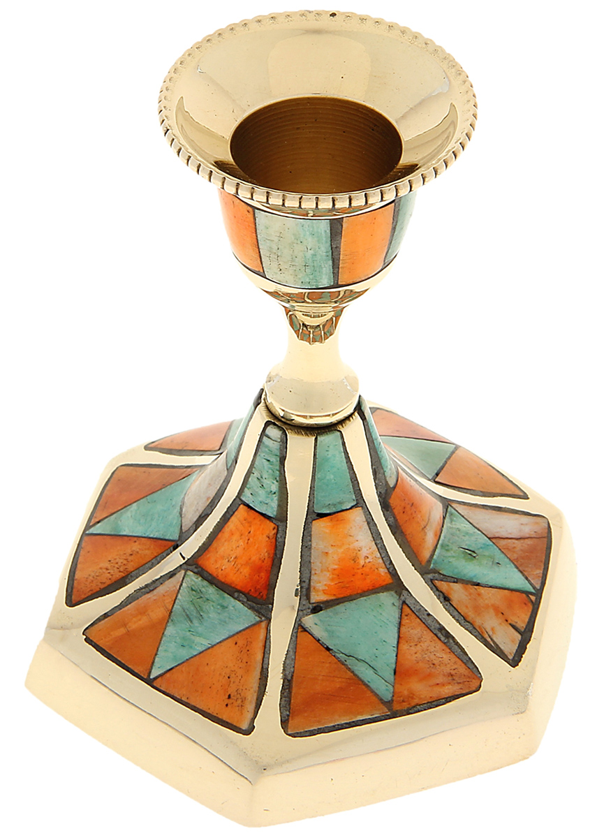 """Индийские мастера знают, как работать с латунью, ведь они с древности создают различные изделия из этого металла. Например, изысканный Подсвечник на 1 свечу """"Гексагон"""" поражает своими грациозными линиями, изысканным декором и перламутровыми вставками из экзотических материалов. В сумраке этот полезный предмет поможет вам придержать свечу в своих крепких объятиях, а на свету его изумительный блеск будет переливаться и играть в лучах солнца.  Великолепный аксессуар, который украсит ваш интерьер и станет актуальным подарком на «Медную свадьбу» или любой другой праздник."""