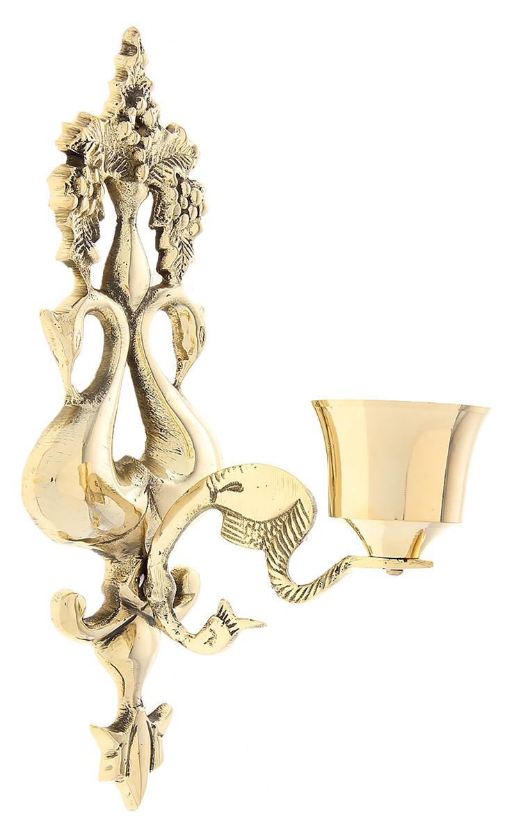Подсвечник настенный Каприз, цвет: светло-золотистый, 9 х 6 х 24 см699733Роскошный Подсвечник на 1 свечу настенный Каприз поражает своими грациозными линиями, изысканным декором, орнаментом и материалом, известным своими свойствами прочности, ковкости и особого блеска. Индийские мастера неспроста выполнили подсвечник именно из латуни, ведь при нагревании она не вступает в химическую реакцию и не выделяет вредных веществ в атмосферу. А также изделия из этого уникального металла имеют неповторимый золотистый отлив, который подчеркивает приятный блеск, отраженный в лучах света. Этот замечательный подсвечник будет украшать любую комнату и станет актуальным подарком на годовщину свадьбы или на любой другой праздник. Представьте, как изысканно он будет смотреться в каминном зале, гостиной или спальне.