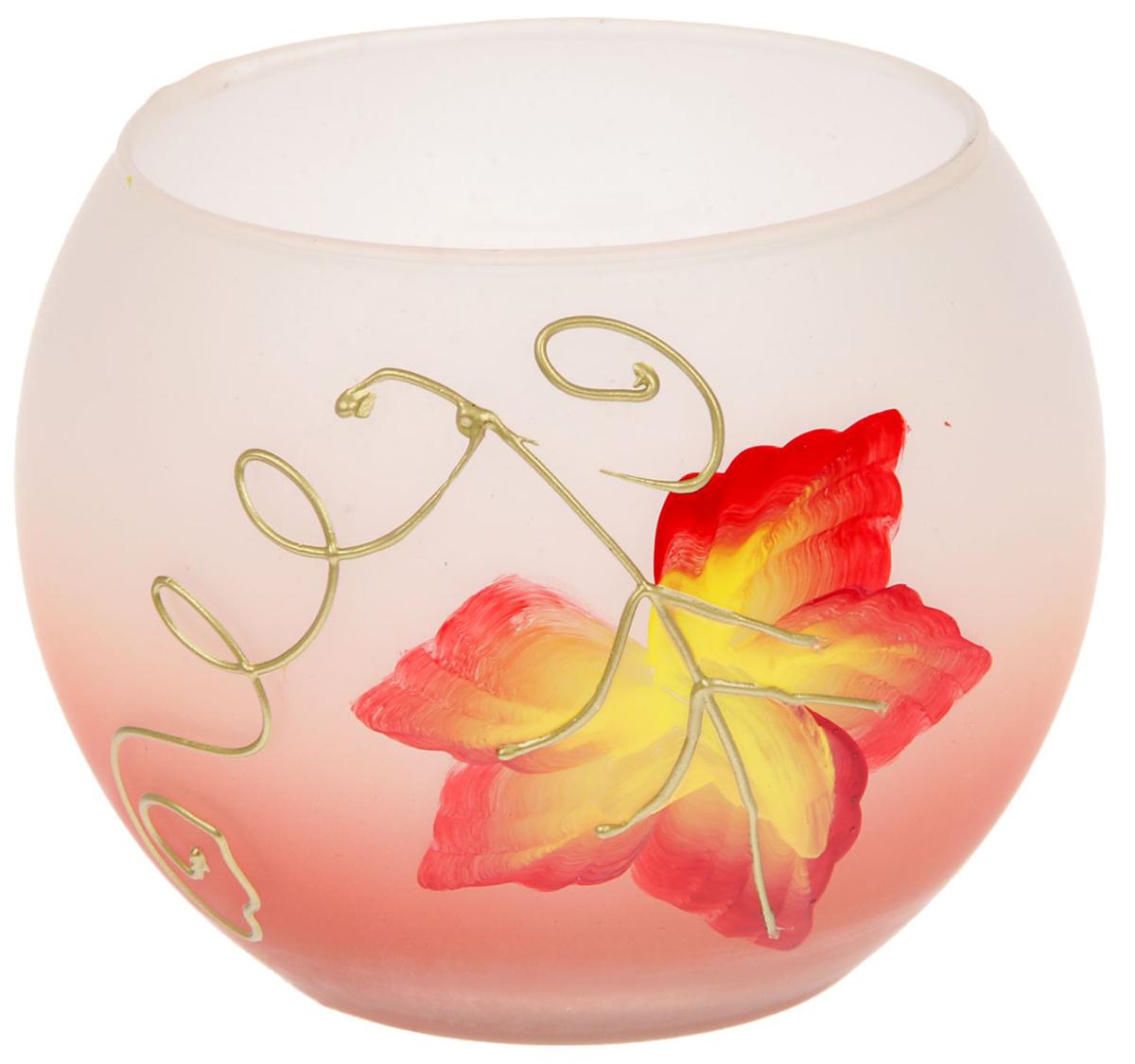 Подсвечник Кленовый лист, цвет: белый, розовый, 10,5 х 10,5 х 8,5 см1657931Современные производители в изготовлении подсвечников чаще используют цветное стекло. Стекло самое нетребовательное в уходе, изделие из него достаточно промыть в теплой воде с добавлением моющего средства. Стеклянный подсвечник чаще имеет форму стакана, используют его для размещения греющей свечи. Только не забудьте налить на дно пару столовых ложек воды, чтобы металлическая основа свечи не касалась стекла, иначе оно лопнет от перегрева.