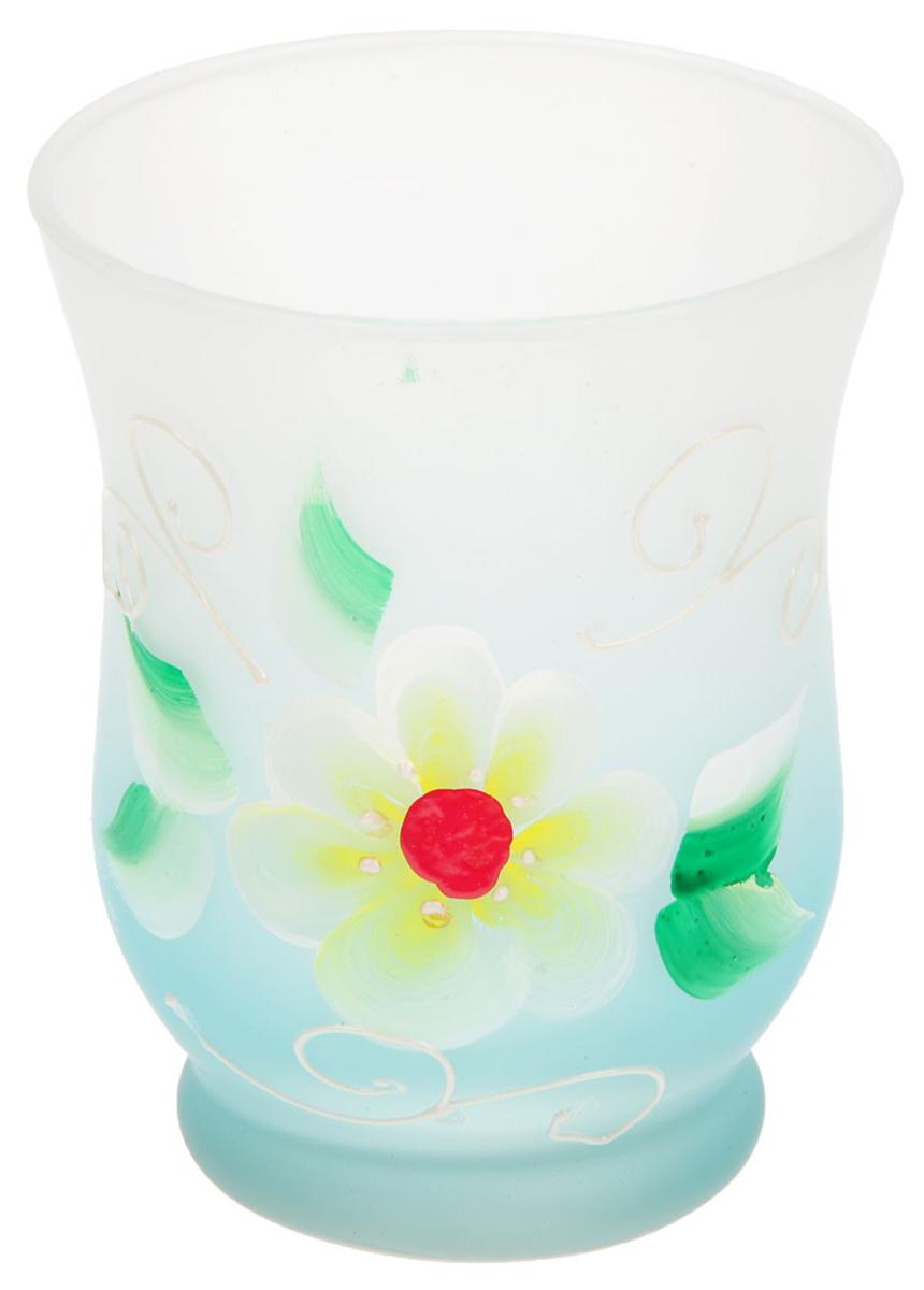 Подсвечник Нежность, цвет: белый, голубой, 9 х 9 х 11 см1657933Современные производители в изготовлении подсвечников чаще используют цветное стекло. Стекло самое нетребовательное в уходе, изделие из него достаточно промыть в теплой воде с добавлением моющего средства. Стеклянный подсвечник чаще имеет форму стакана, используют его для размещения греющей свечи. Только не забудьте налить на дно пару столовых ложек воды, чтобы металлическая основа свечи не касалась стекла, иначе оно лопнет от перегрева.