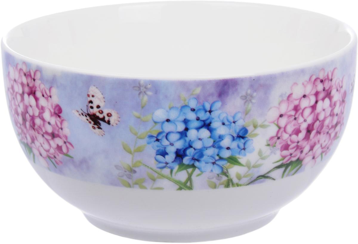 Салатник Master Флоксы, диаметр 13 смSM01-5-131038Фарфоровая посуда Master - это фарфор качества Fine Porcelain, так называемый твердый фарфор, который состоит из каолина и полевого шпата. Его достаточно трудно формовать, но посуда из такого фарфора получается довольно крепкой и привлекательной. В отличие от костяного (мягкого) фарфора, твердый имеет более плотный по составу черепок, стенки такой посуды толще и не просвечиваются, а цвет - мягкий молочный. И все-таки это фарфор - и фарфор, который в бытовом плане ведет себя весьма хорошо.