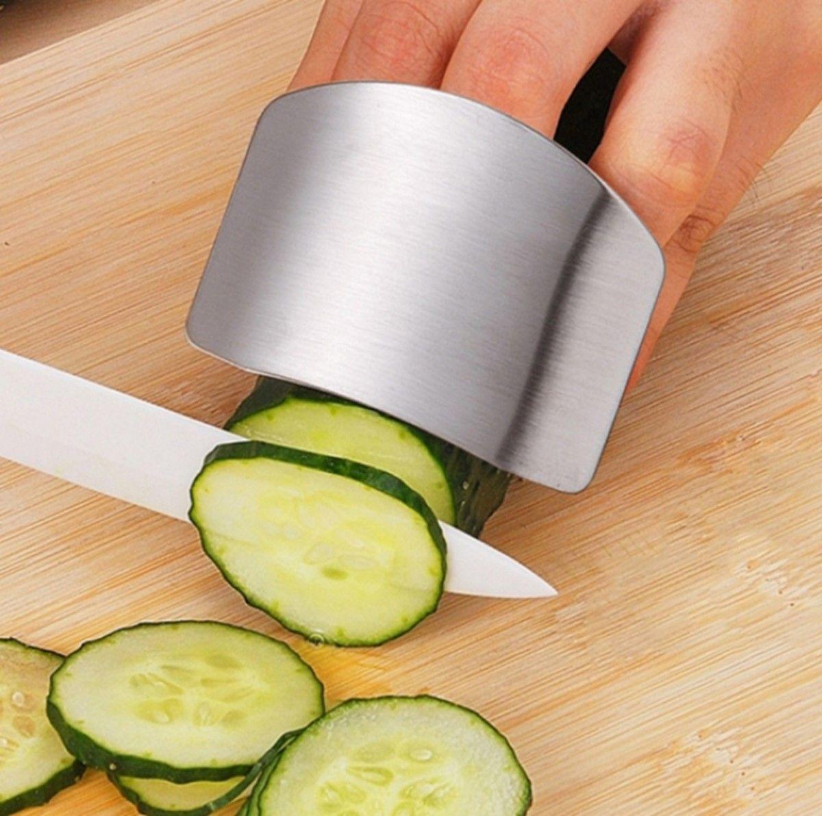 Защита для пальцев от порезов Ruges Оберег, цвет: серый металликK-25Защита для пальцев от порезов Оберег - металлическая пластина, которая защитит ваши пальцы от соприкосновения с лезвием ножа.Защита Оберег надевается на пальцы руки, которой вы придерживаете продукты во время нарезки.Небольшой кухонный аксессуар, который сохранит вас от травм и расстройств! А во время приготовления еды очень важно быть в хорошем настроении!Размер пластины: 7,5 х 5,5 см.Вес: 25 г.Материал: металл.Инструкция на русском языке.