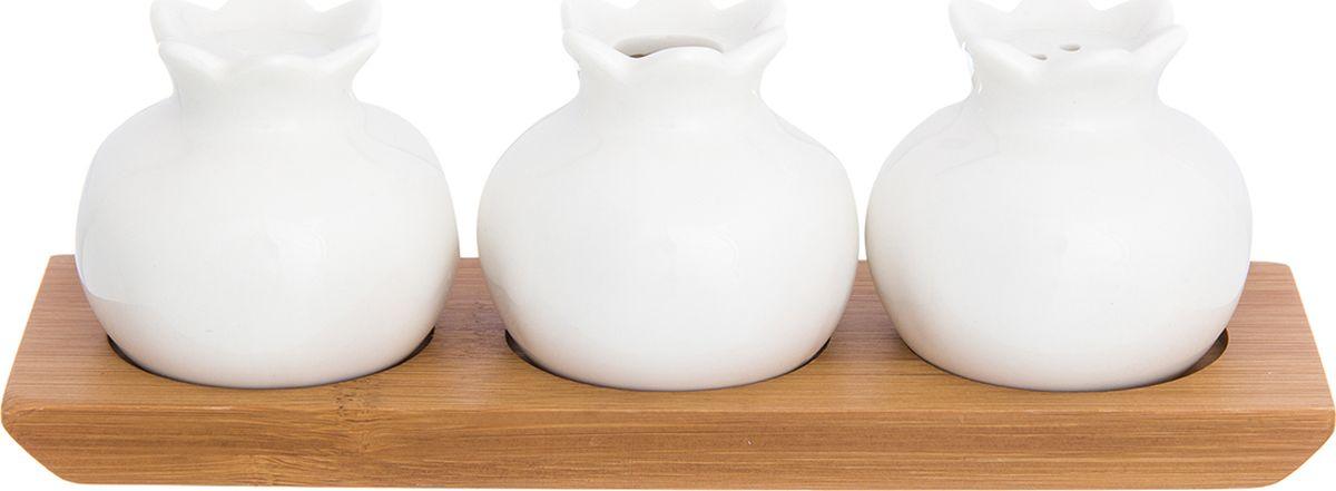 """Набор для специй и вазочка для зубочисток в виде гранатов на деревянной подставке прекрасный пример высококачественной, удобной и лаконичной посуды для изящной сервировки стола. Гранаты выполнены из прочного белого фарфора, а подставка из бамбука.  Наполнить перечницу и солонку можно через отверстие в донышке, которое надежно закрывается пластиковой пробкой.  Набор для специй Elan Gallery """"Айсберг"""" несомненно впишется в любой интерьер благодаря лаконичному дизайну, натуральным материалам и высокой функциональности. Такому подарку будет рада любая хозяйка!"""