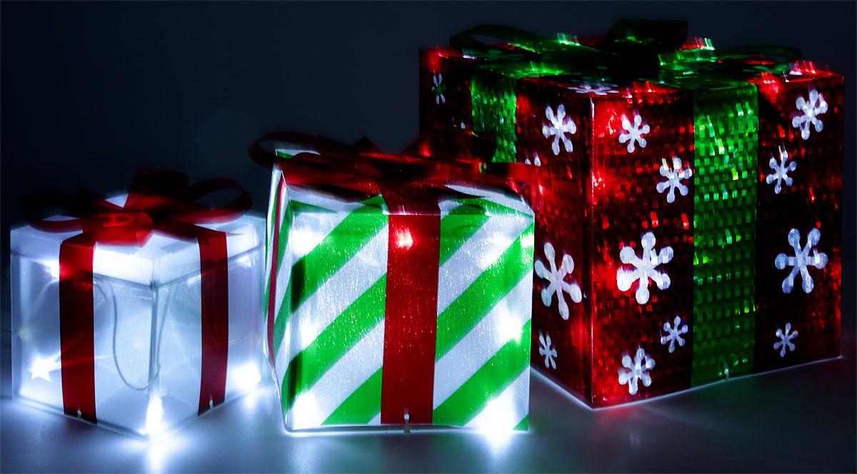 Новогоднее украшение B&H Подарки, 60 LEDBH0625Светодиодное украшение B&H Подарки применяется для украшения помещений, витрин и других объектов.Украшение изготовлено из высококачественного пластика в виде трех новогодних подарков. Такое новогоднее украшение создаст сказочную атмосферу и подарит ощущение праздника.Придайте необыкновенную торжественность и яркость елке или создайте новогоднюю композицию в вашем интерьере.Размер подарков: 20 х 20 х 20 см,14 х 14 х 14 см,12 х 12 х 12 см. Цвет свечения: холодный белый.