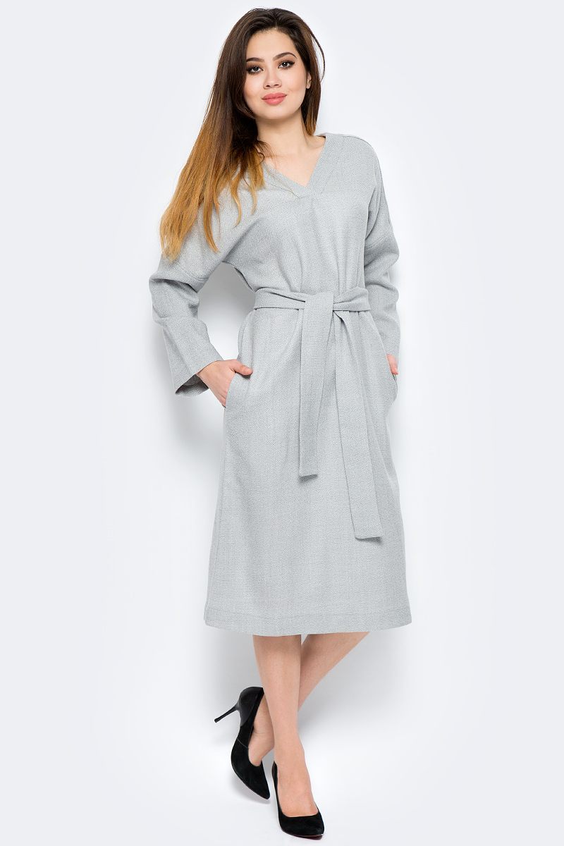 Платье La Via Estelar, цвет: серый. 14121. Размер 4214121Платье свободного силуэта, выполненное из комбинированного материала, отлично дополнит ваш образ. Модель с длинными цельнокроеными рукавами и V-образным вырезом горловины дополнено широким однотонным поясом.
