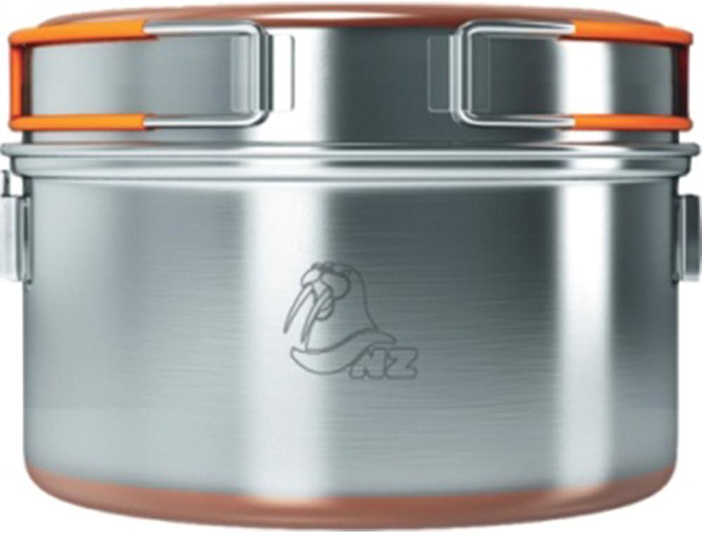 Кастрюля NZ 0,9 л. SS-0096951748900135Кастрюля 0,9 л для готовки на горелках и примусах. Кастрюлю также возможно подвешивать над костром за металлическую ручку. Имеет крышку-сковороду, в которой можно подогреть еду. Дно кастрюли и крышки для лучшей теплопроводности покрыто медным напылением. Из трех кастрюль SS-009, SS-010, SS-011 можно собрать компактный набор, который складывается в самую большую кастрюлю.