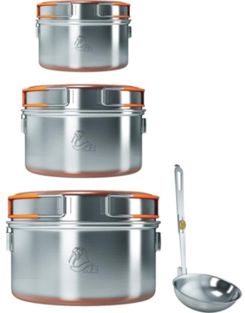 Набор кастрюль NZ, 3 предмета6951748900159Удобный набор туристической посуды для 3-4 человек. Предметы набора выполнены из высококачественной нержавеющей стали. Крышки-сковородки можно использовать в качестве мисок или разогревать и поджаривать в них пищу. Складные ручки, покрытые теплоизолирующим материалом, не обжигают руки. Дно кастрюль и сковородок для лучшей теплопроводности покрыто медным напылением, благодаря которому еда в посуде нагревается быстро и равномерно.В посуде из данного набора можно готовить и на костре, и на горелке.Все предметы складываются по типу матрешки и помещается для транспортировки в прочный чехол.