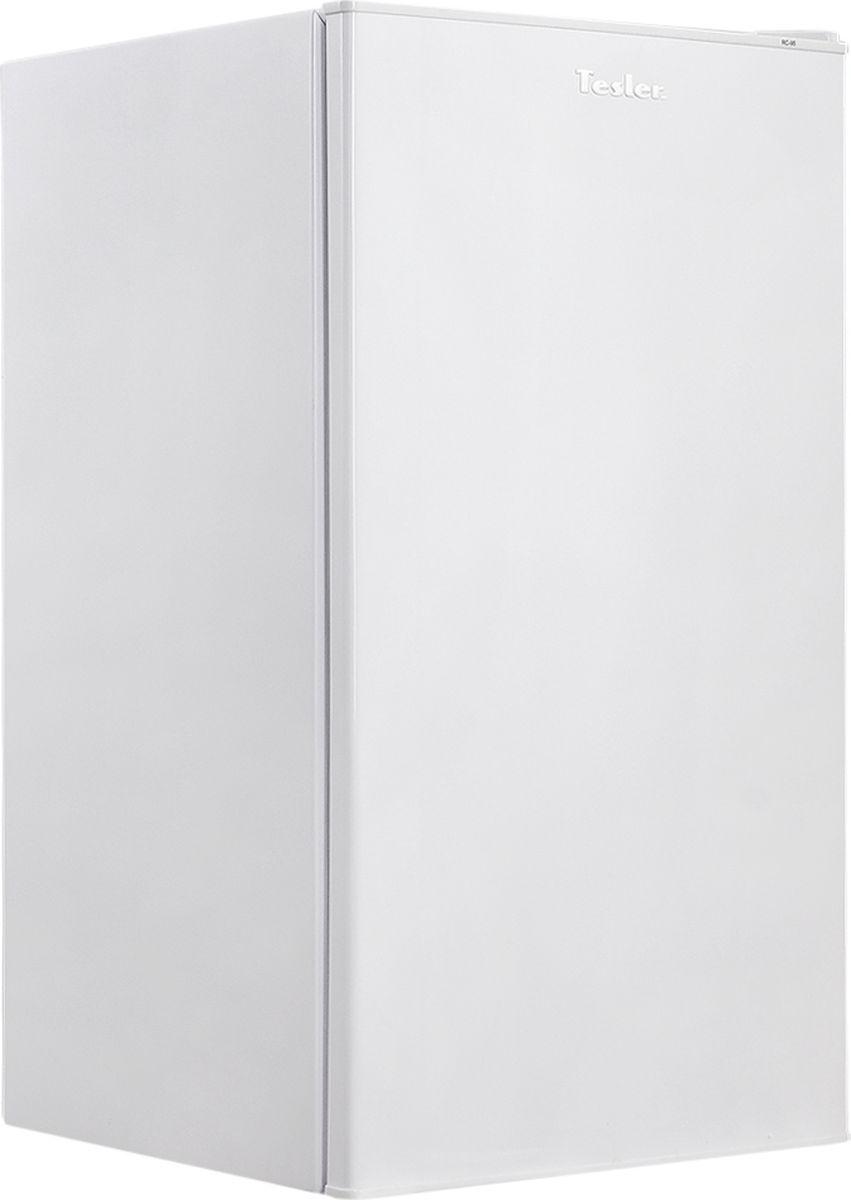 Tesler RC-95, White холодильникRC-95 WHITEОднокамерный холодильник - отличный выбор и будет достойной покупкой. Оснащен он одним компрессором, который работает достаточно тихо. Холодильник обладает небольшими габаритами, поэтому его можно без труда установить даже в очень маленькой кухне городской квартиры или офиса. Рассматриваемый холодильник не обладает эксклюзивным функционалом и большими объемами, но он может стать надежным и практичным решением в случае дефицита свободного места или для небольшой семьи, которая не очень часто обедает дома и не хранит больших запасов продуктов. Этот компактный холодильник совмещает в себе современный дизайн и отличные технические характеристики, поэтому его можно будет эксплуатировать довольно долго.