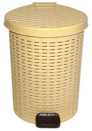 Коробка для мусора в ванной Violet, с педалью, цвет: бежевый, 10 л0723/2Контейнер для мусора Violet Плетенка изготовлен из высококачественного цветного пластика и декорирован рельефом. Контейнер оснащен педалью, с помощью которой можно открыть крышку. Закрывается крышка бесшумно, плотно прилегает, предотвращая распространение запаха. Бороться с мелким мусором станет легко. Внутри ведро с ручкой, которое при необходимости можно достать из контейнера. Контейнер для мусора Violet Плетенка - это не только емкость для хранения мусора, но и яркий предмет декора, который оригинально украсит интерьер кухни или ванной комнаты.