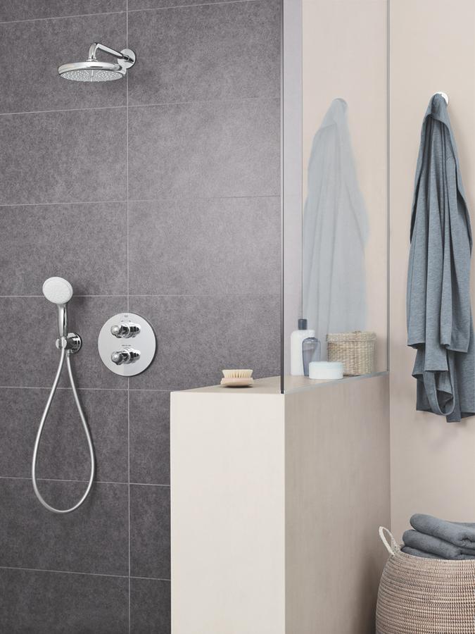 Пришло время добавить качество и комфорт в вашу ванную с роскошным набором верхнего душа GROHE Tempesta 210, который включает в себя верхний душ диаметром 210 мм и обволакивающим режимом Rain.   С его современным стилем, он идеально впишется в любую ванную. Душ также оснащен передовыми технологиями. Технология GROHE DreamSpray гарантирует, что напор воды из каждой душевой форсунки будет одинаковым. Устойчивое к царапинам покрытие GROHE StarLight сохранит прекрасный внешний вид на долгие годы, а силиконовые форсунки SpeedClean можно легко очистить от извести всего одним прикосновением.   В набор также входит душевой кронштейн длиной 286 мм, который легко установить. Внутренний водный канал WaterGuide предотвратит нагревание поверхности душа, что защитит как вашу чувствительную кожу, так и хромовую поверхность.   Набор верхнего душа GROHE Tempesta - быстрый и простой способ, гарантирующий удовольствие от принятия душа!минимальное давление 1,0 бар