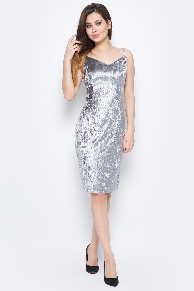 Платье La Via Estelar, цвет: серый. 10103. Размер 4810103Стильное платье, выполненное из велюра, отлично дополнит ваш гардероб. Модель на бретельках на спинке имеет застежку-молнию. Сзади платье дополнено шлицей.