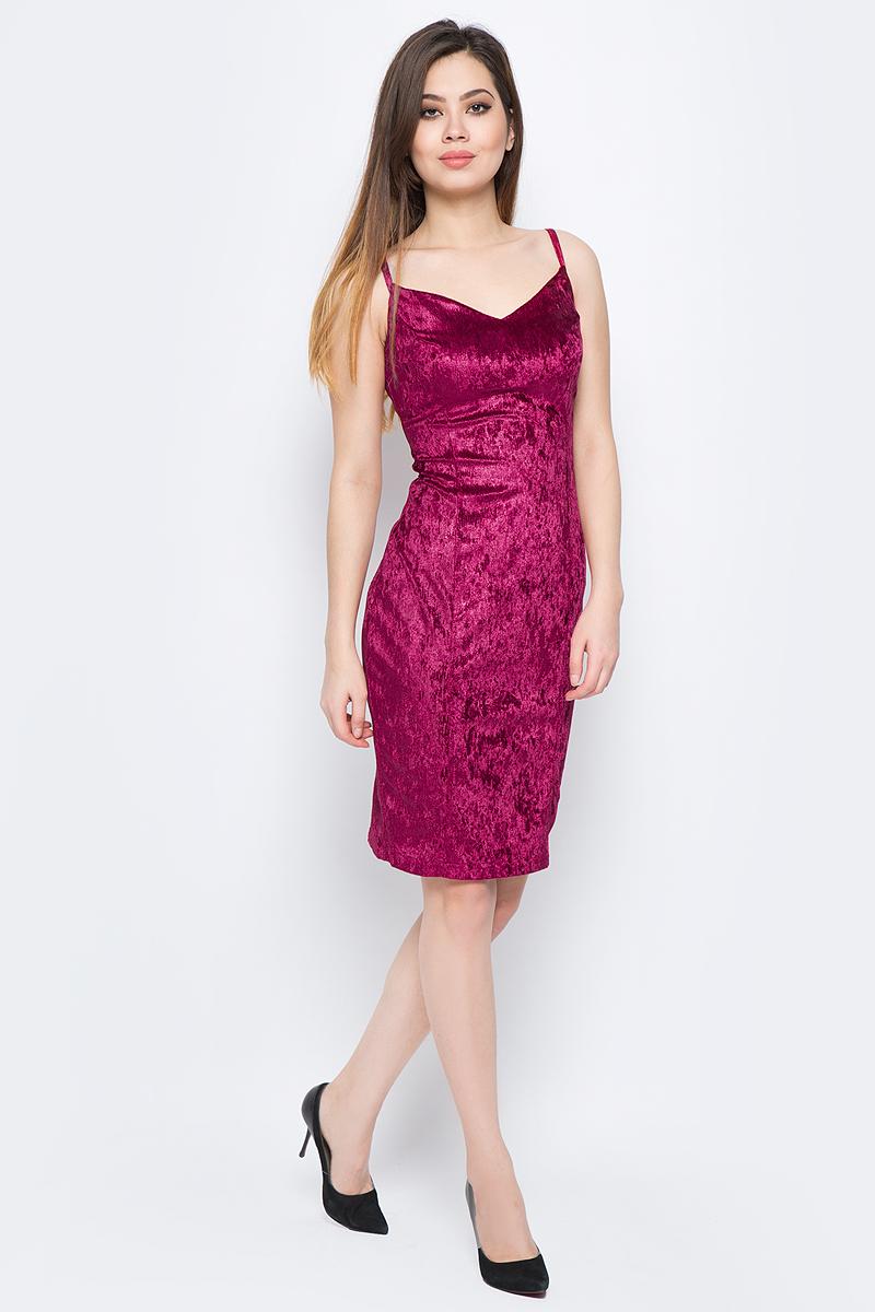 Платье La Via Estelar, цвет: бордовый. 10103-4. Размер 4610103-4Стильное платье, выполненное из велюра, отлично дополнит ваш гардероб. Модель на бретельках на спинке имеет застежку-молнию. Сзади платье дополнено шлицей.