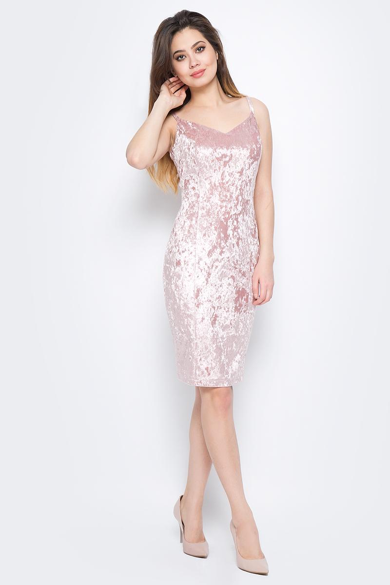 Платье La Via Estelar, цвет: розовый. 10103-3. Размер 4410103-3Стильное платье, выполненное из велюра, отлично дополнит ваш гардероб. Модель на бретельках на спинке имеет застежку-молнию. Сзади платье дополнено шлицей.