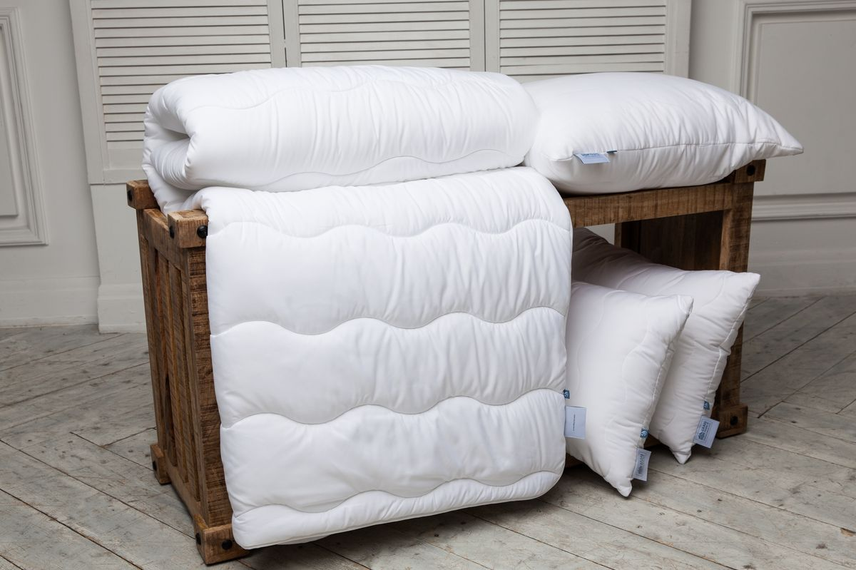 Одеяло Grass Familie Familie StopAllergy, всесезонное, наполнитель: высокосиликонизированное микроволокно, цвет: белый, 200 х 220 смFS-8240Специально разработанное высокосиликонизированное микроволокно эффективно защищает вашу постель от пылевых клещей, бактерий и грибков. Подобные волокна обладают высокой износостойкостью, обеспечивая сохранение структуры и эластичность волокна даже после многократных стирок. Ткань с peach-touch эффектом - бархатистая и нежная на ощупь, в случае необходимости, позволит использовать постельные принадлежности даже без постельного белья. Коллекция выдерживает стирку до 60С и сушку в барабане на высоких оборотах. Не вызывает аллергии.