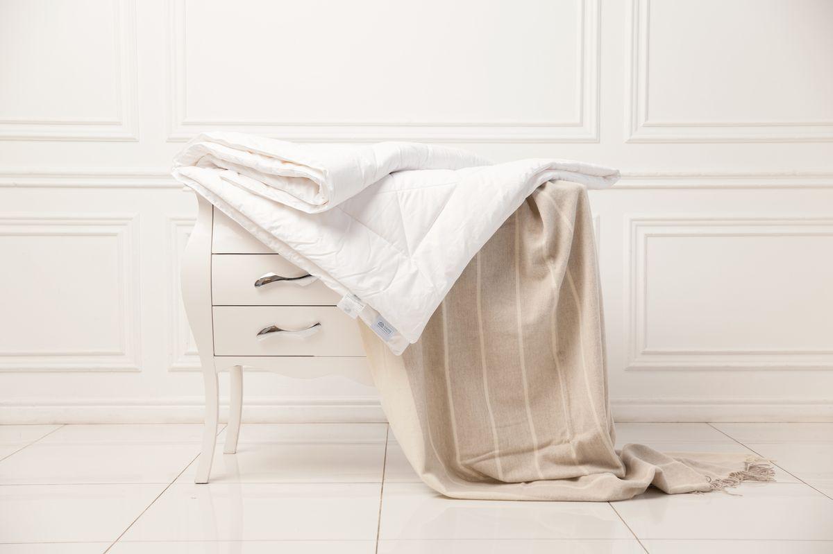 Одеяло Grass Familie Angora Familie Wool, всесезонное, наполнитель: козий пух, мериносовая шерсть, цвет: белый, 155 х 200 смFW-5330Всесезонное одеяло Grass Familie Angora Familie Wool создаст комфорт и уют во время сна.Натуральная шерсть - теплая, мягкая, упругая - усиливает кровообращение и улучшает общее состояние организма. Шерстяное волокно прошло дополнительную обработку получив специальные связующие гипоаллергенные добавки, которые позволяют самостоятельно стирать изделия в домашних условиях. Ткань имеет Сертификат Oeko-Tex® Standard 100, который подтверждает отсутствие в ткани веществ, опасных для здоровья человека.Стирка при температуре до 40С°.Не вызывает аллергии.