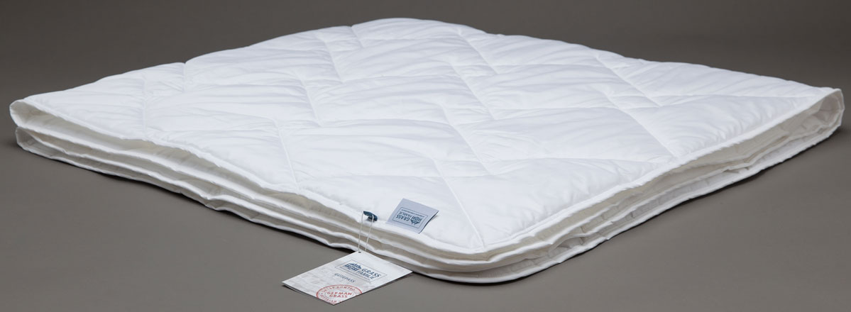 Одеяло Grass Familie Bamboo Familie Bio, легкое, наполнитель: бамбуковое волокно, микроволокно, цвет: белый, 200 х 220 смFB-3241Легкое одеяло Grass Familie создаст комфорт и уют во время сна. Бамбук служит превосходным сырьем для подушек и одеял: легкие и воздушные волокна обладают бактерицидными свойствами, создавая отличные условия сна. Бамбук растет в естественных условиях без применения химических удобрений, что сказывается самым благотворным образом на чистоте сырья. Легкие одеяла идеальны для теплых ночей, всесезонные одеяла- прекрасный выбор для городских квартир. Стирка при температуре до 40С°. Не вызывает аллергии.