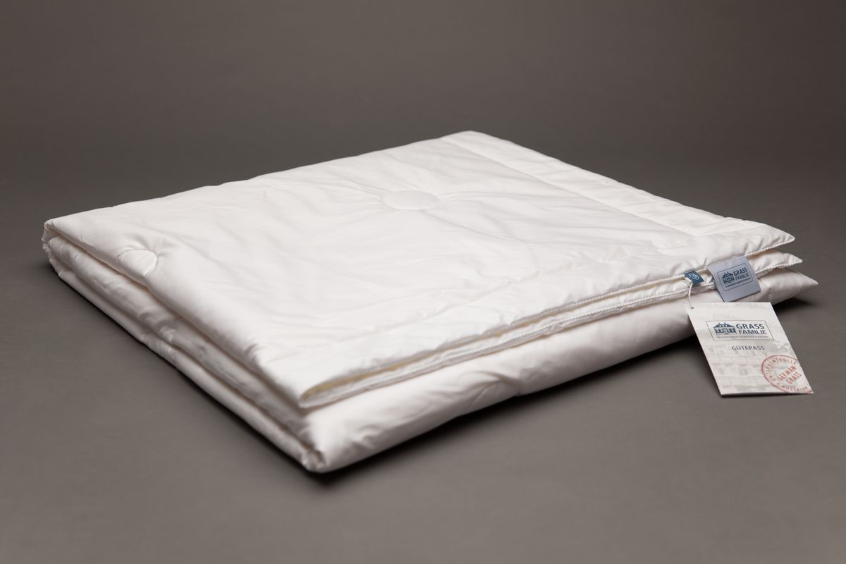Одеяло Grass Familie Exclusive Silk Familie Bio, всесезонное, наполнитель: шелк, цвет: белый, 140 х 205 смFB-8550Всесезонное одеяло Grass Familie Exclusive Silk Familie Bio создаст комфорт и уют во время сна. Наполнитель из 100% шелка высшего сорта Mulberry делает одеяло невероятно легким и дышащим. Благородный сатин supersoft из 60% TENCEL и 40% хлопка обладает отличным охлаждающим эффектом и прекрасно регулирует влажность. Сухой и комфортный климат для сна. Стирка при температуре до 40С°. Не вызывает аллергии.