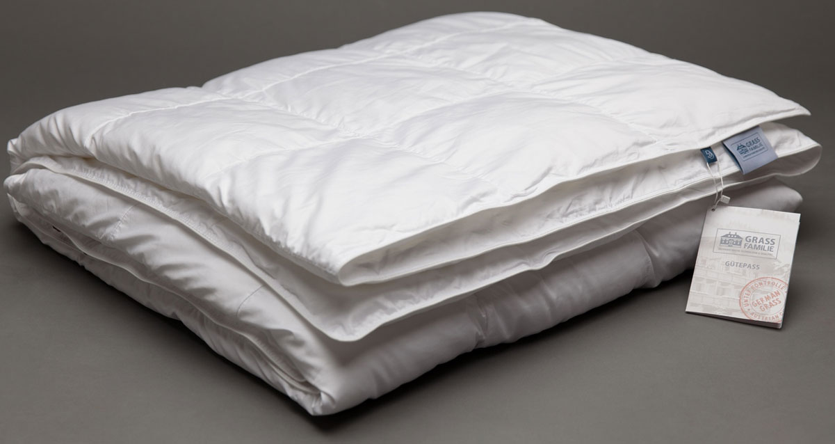 Одеяло Grass Familie Premium Familie Non-Allergenic, всесезонное, наполнитель: высокосиликонизированное микроволокно, цвет: белый, 200 х 220 смFS-9240Абсолютно гиппоаллергенная постель. Эксклюзивная технология изготовления одеял: легкие волокна свободно заполняют box-кассеты, в которых волокно свободно перемещается в небольшом пространстве, наполняя воздухом вашу постель. Гипоаллергенный наполнитель не накапливает пыль благодаря очень плотной ткани чехлов ( поры ткани около 10 мкр, которые не пропускают внутрь пылевого клеща) Стирка 60С°.