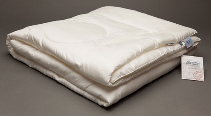 Одеяло Grass Familie Tensel Familie Bio, всесезонное, наполнитель: эвкалиптовое волокно, микроволокно, тенсел, цвет: белый, 155 х 200 смFB-9630Всесезонное одеяло Tensel Familie Bio создаст комфорт и уют во время сна.Волокно TENCEL используемое в качестве наполнителя и ткань сатин из 100% TENCEL гарантируют спокойный и расслабляющий сон с оптимальным выравниваем температуры и идеальным регулированием влажности. Превосходный климат сна на всю ночь. Стирка при температуре до 40С°. Не вызывает аллергии.
