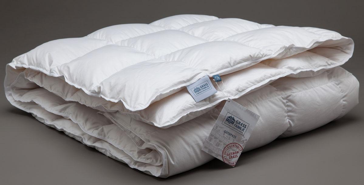Одеяло теплое Grass Familie White Familie Down, наполнитель: гусиный пух, цвет: белый, 155 х 200 смFD-1232Отборный, очищенный, прошедший гиппоалергенную обработку гусиный пух придает подушкам превосходные ортопедические свойства, мягко разгружая и поддерживая шею во время сна. Специальные пуходержащие ткани имеют дополнительную обработку supersoft для дополнительных свойств контролируемо и равномерно поглощать влагу и быстро отдавать ее. Стирка при температуре до 40С°. Не вызывает аллергии.